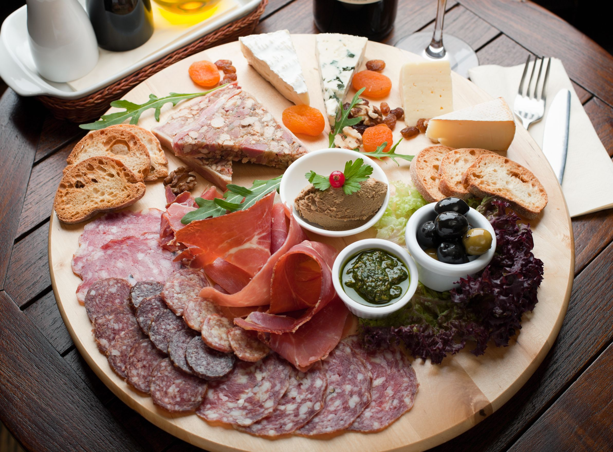 13368917 - mozzarella, beef tomato, rocket salad, basil, drizzled with avocado oil, parma ham